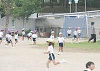 広い運動場で鬼ごっこやボール遊びを楽しみます。
