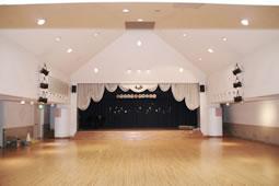 子どもたちの劇遊びを盛り上げる 設備が充実した講堂
