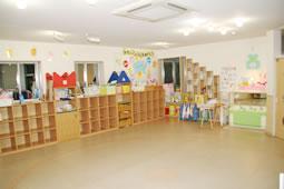 家庭の雰囲気で子どもたちを迎えるファミリールーム(預かり保育)