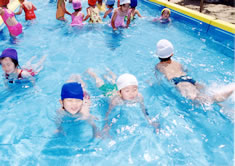 夏には大型プールで水しぶきバスで市民プールにも出掛けます。